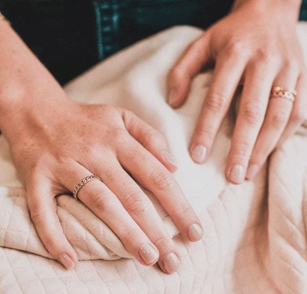 Des mains aux ongles vernis couleur nude