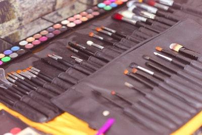 Matériel de maquillage composé de pinceaux rangés et d'une palette de couleurs