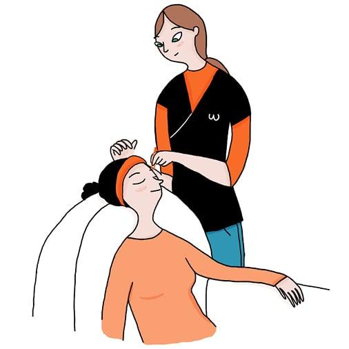 Une femme confortablement assise se fait épiler les sourcils chez elle