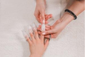 Dépose de faux ongles