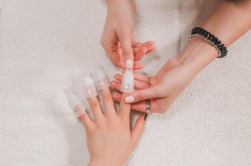 Dépose de faux ongles à domicile