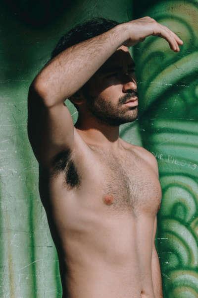 Un homme torse nu a des aisselles poilues
