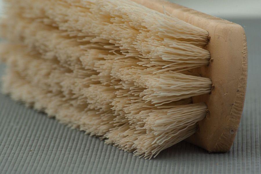Gros plan sur une brosse de nettoyage
