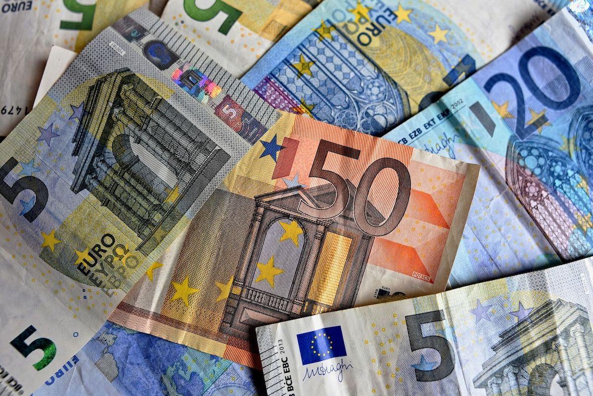 Billets de 50 euros, 20 euros et 5 euros posés à plat.