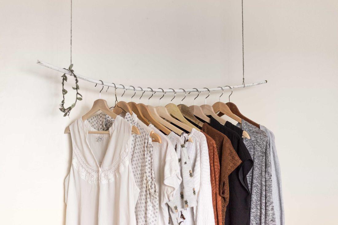 Des vêtements repassés sont suspendus sur des cintres