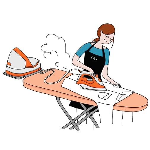 Une aide ménagère repasse une chemise