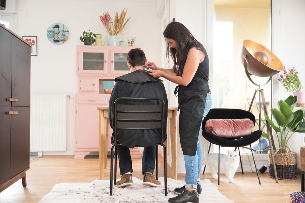 Un homme se fait couper les cheveux à domicile