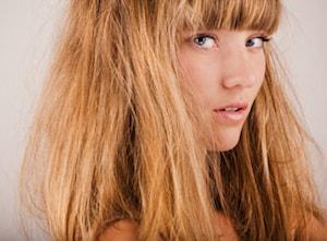 Une jolie jeune fille blonde aux cheveux longs avec une frange droite