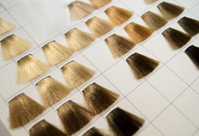 Un nuancier avec différentes teintes de coloration des cheveux