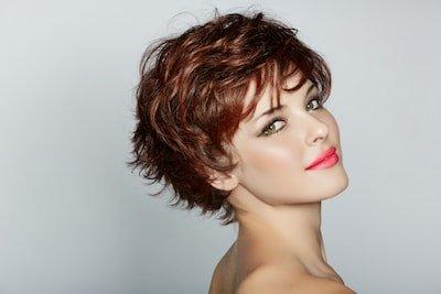 Une femme souriante avec une coupe cheveux courte chic