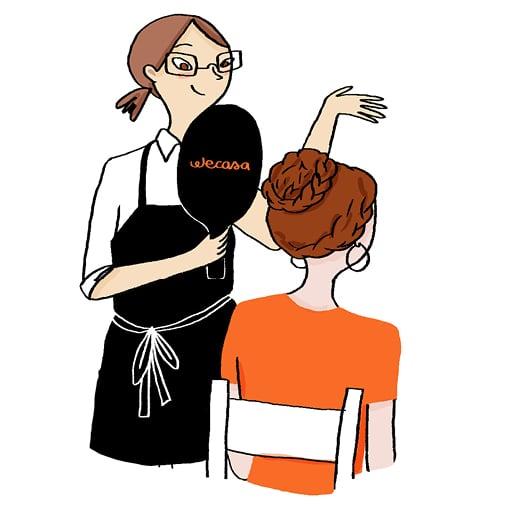 Une coiffeuse présente le résultat de son chignon avec un miroir