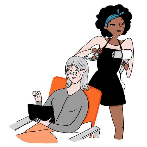 Une coiffeuse s'occupe du brushing d'une personne immobilisée chez elle