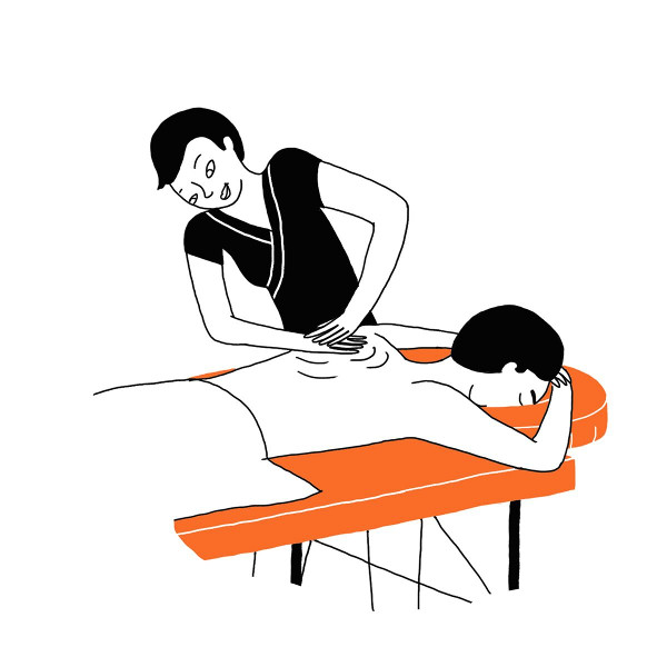 Une masseuse masse les épaules d'un homme sur une table de massage