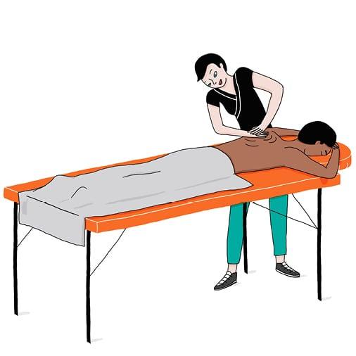 Un couple se faisant masser par deux praticiens
