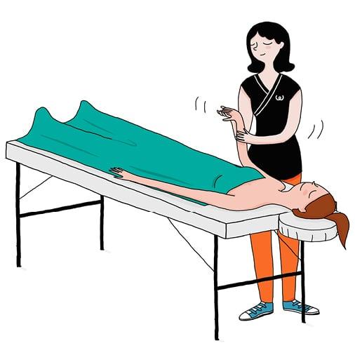 Une femme sereine se faisant masser par une praticienne Wecasa
