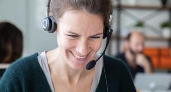 Une femme qui travaille dans le service client avec un casque micro
