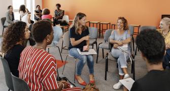 Une employée Wecasa qui parle avec des professionnelles
