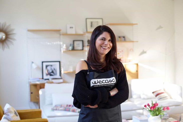 Portrait d'une jeune femme coiffeuse à domicile dans le salon de sa cliente