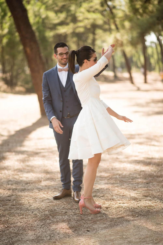 Le marié fait tourner sa femme sur elle même