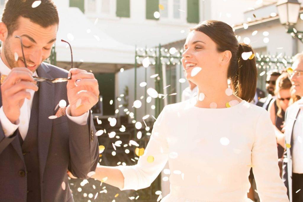 des pétales sur les mariés