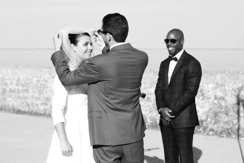 le marié soulève le voile de la mariée