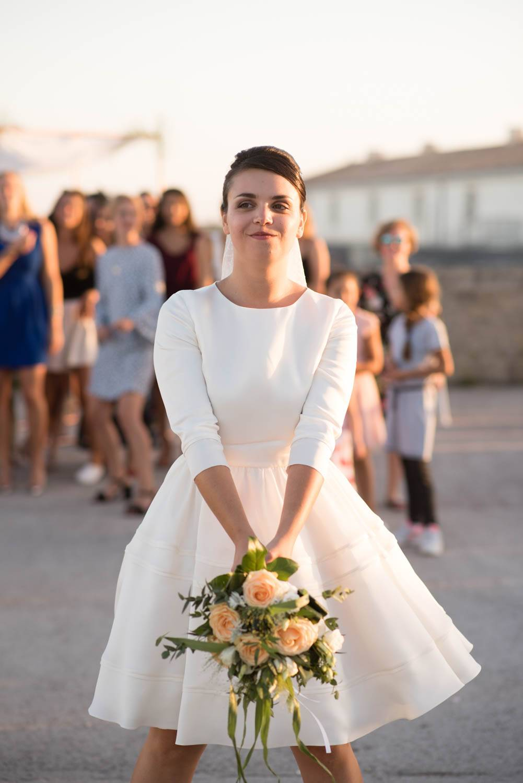 une mariée avec un bouquet de fleurs