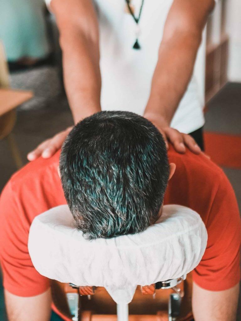 un homme profite d'un massage assis au bureau ou à domicile