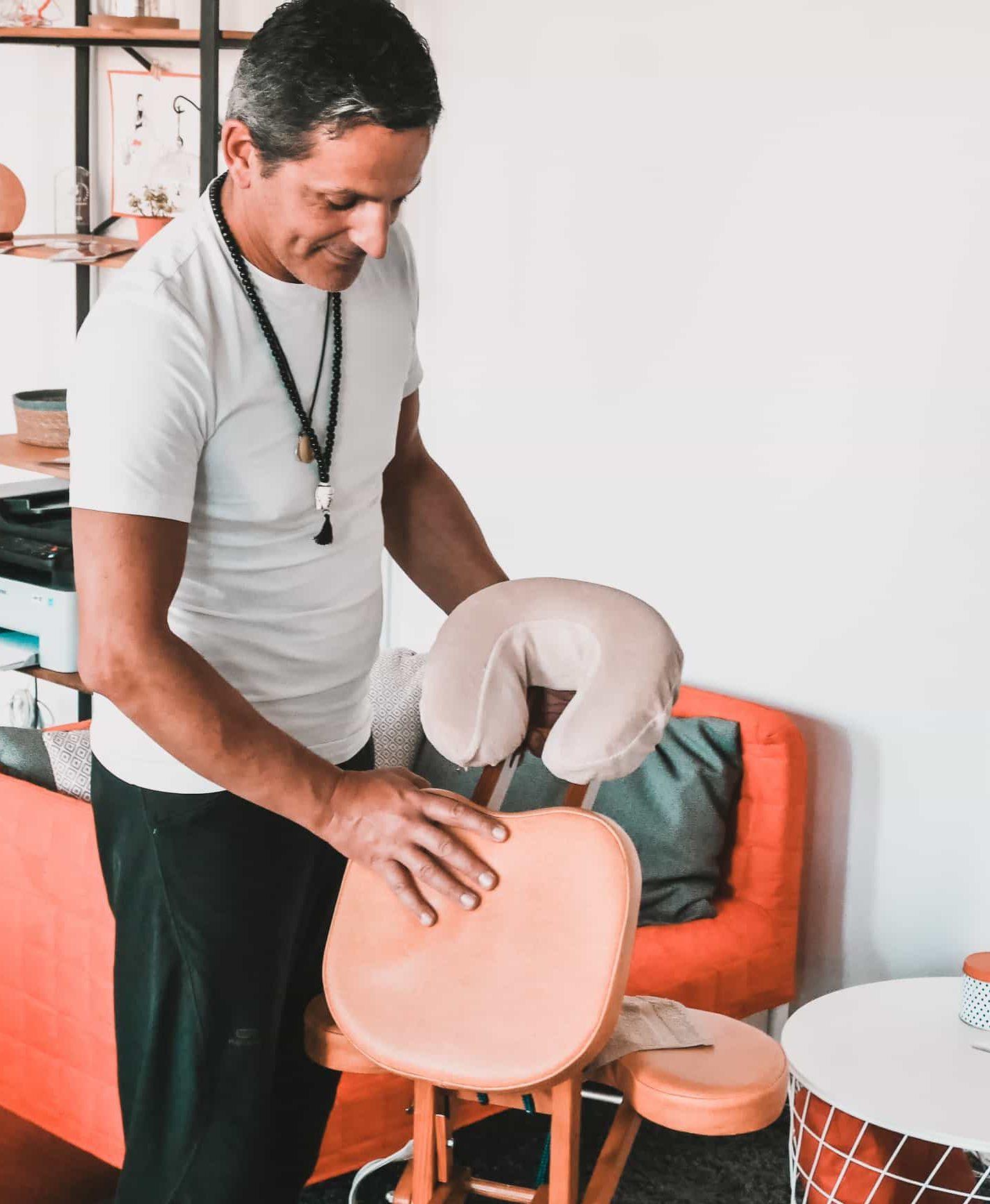Olivier, masseur domicile, et sa table de massage