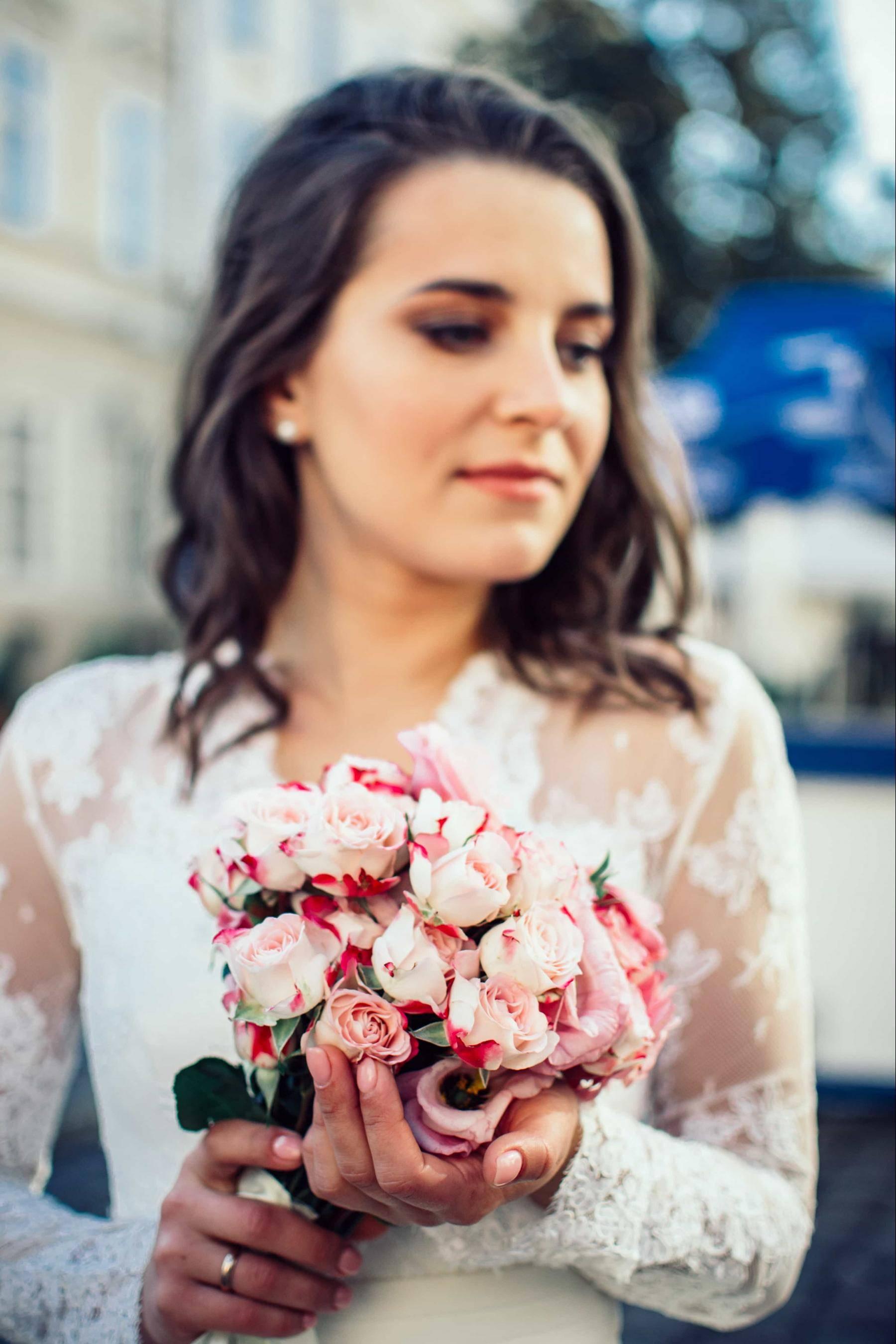 mariée cheveux longs et bouquet rose