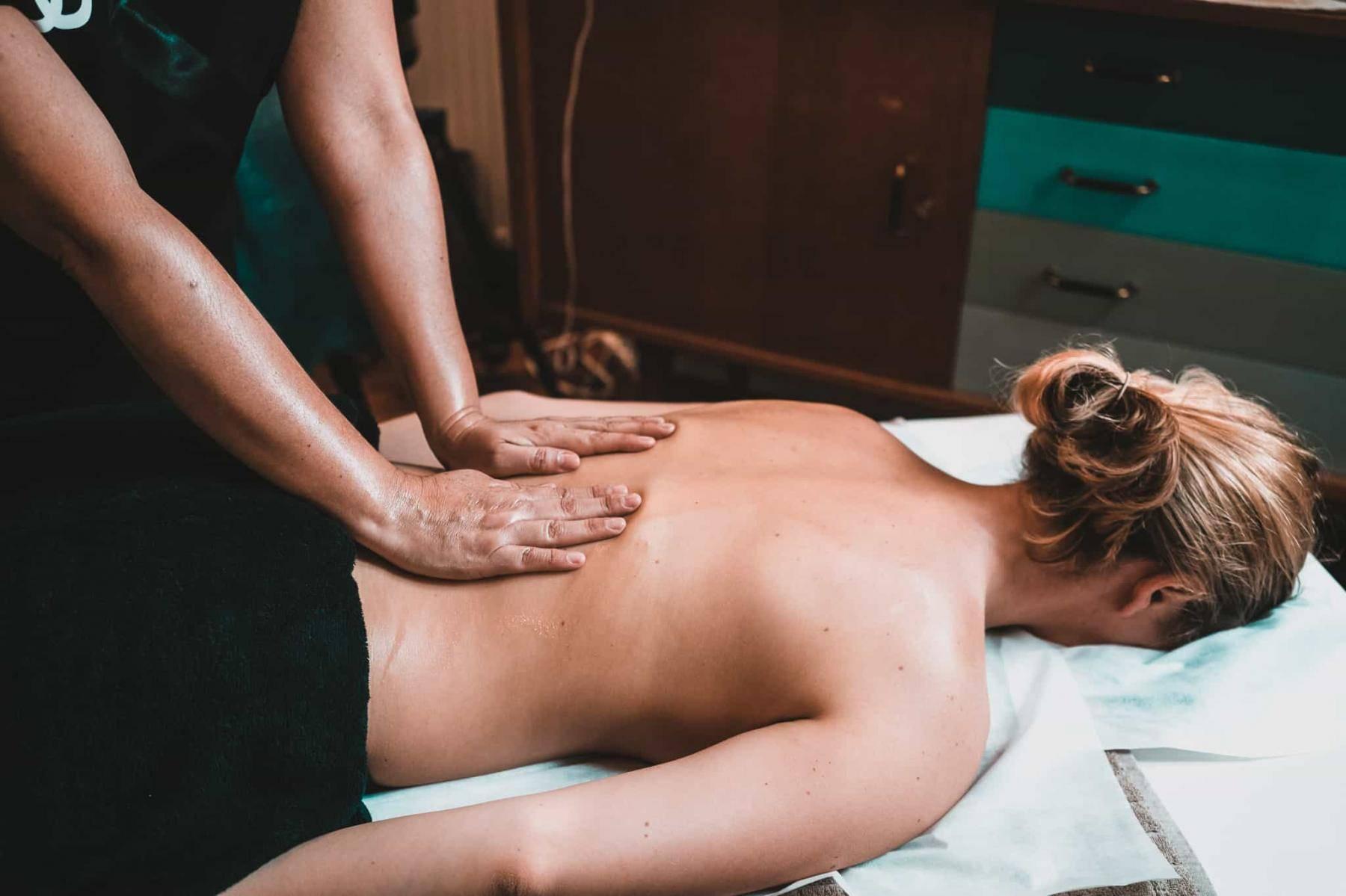 jeune femme massage à domicile Wecasa