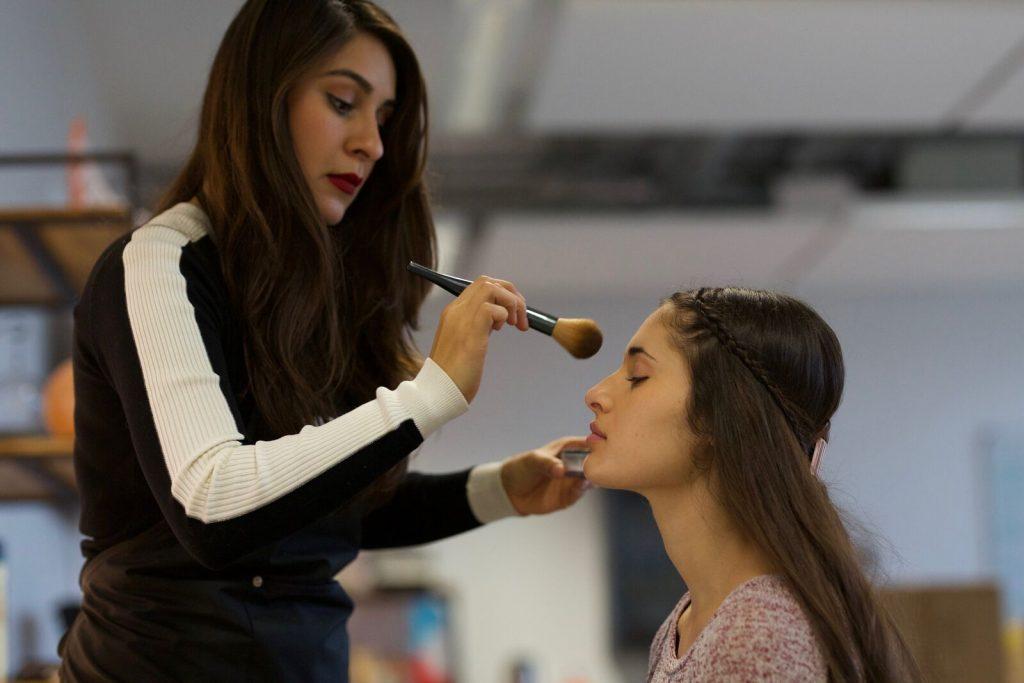 Naoli réalise à domicile un maquillage de soirée