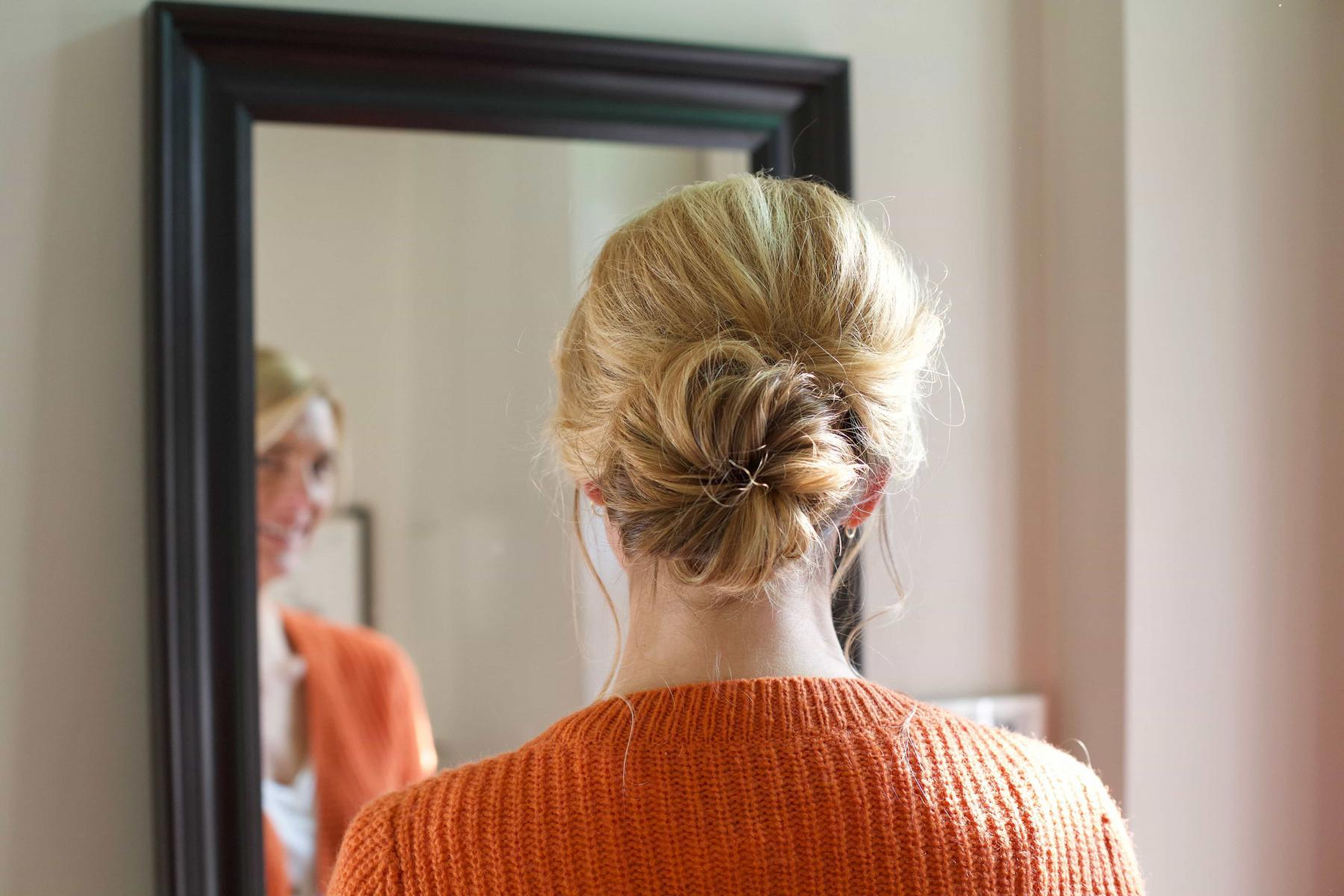 chignon bas cheveux blonds