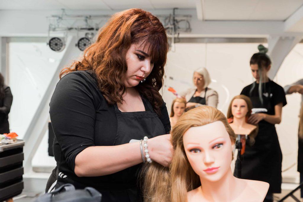 Charline en train de réaliser une coiffure