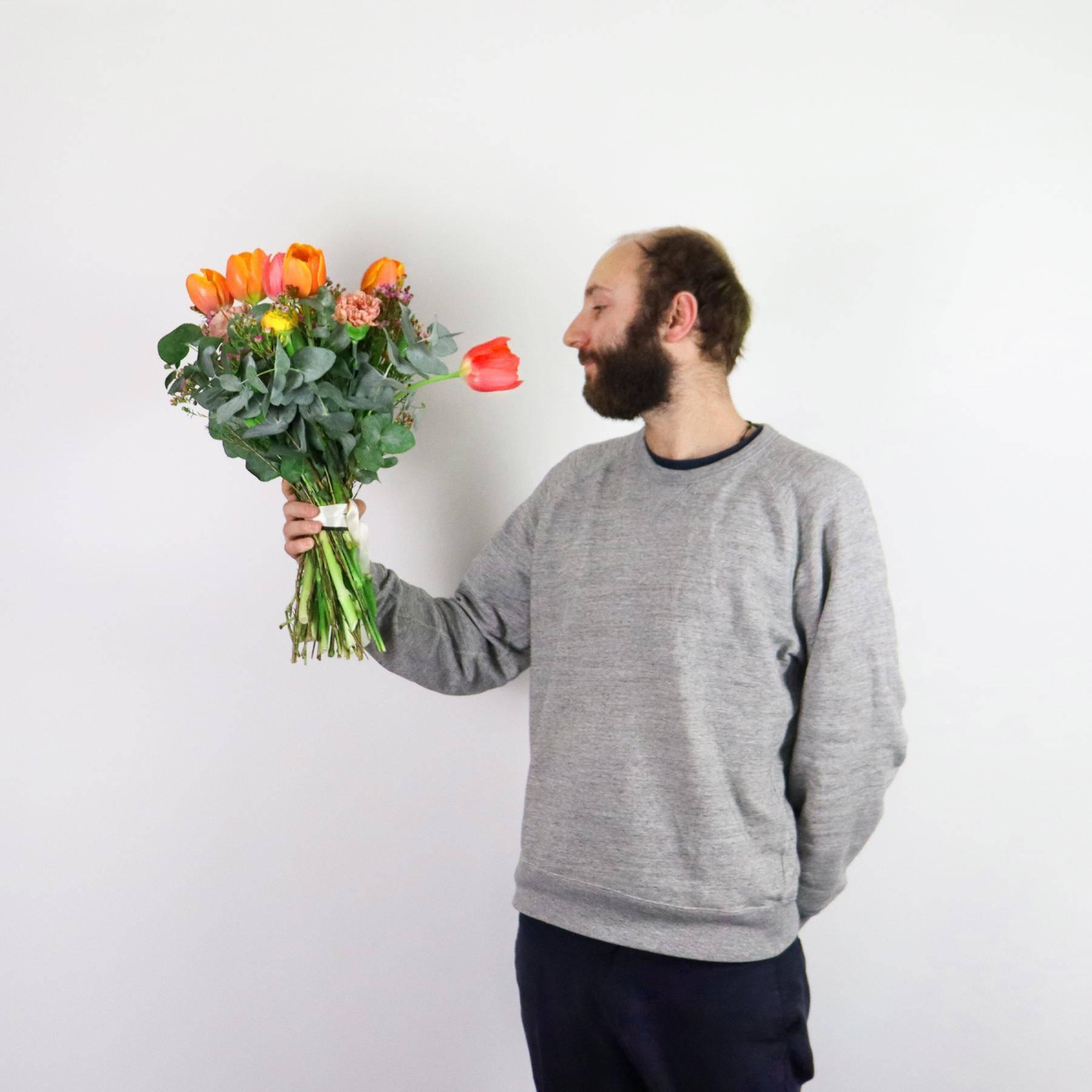 homme bouquet fleurs saint valentin