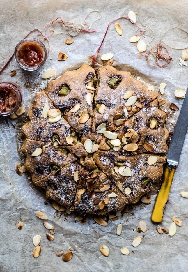 gâteau fait maison avec des amandes effilées vu du dessus sur une table