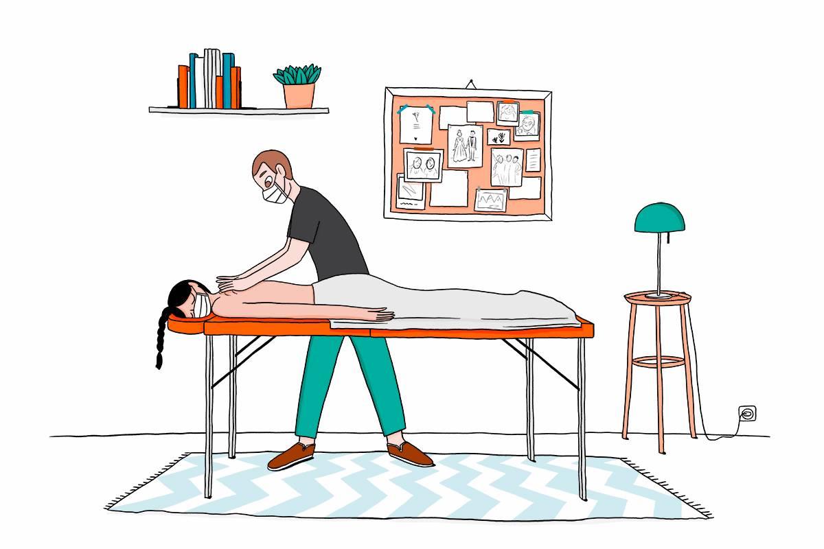 massage à domicile, masseur professionnel porte un masque, massage du dos