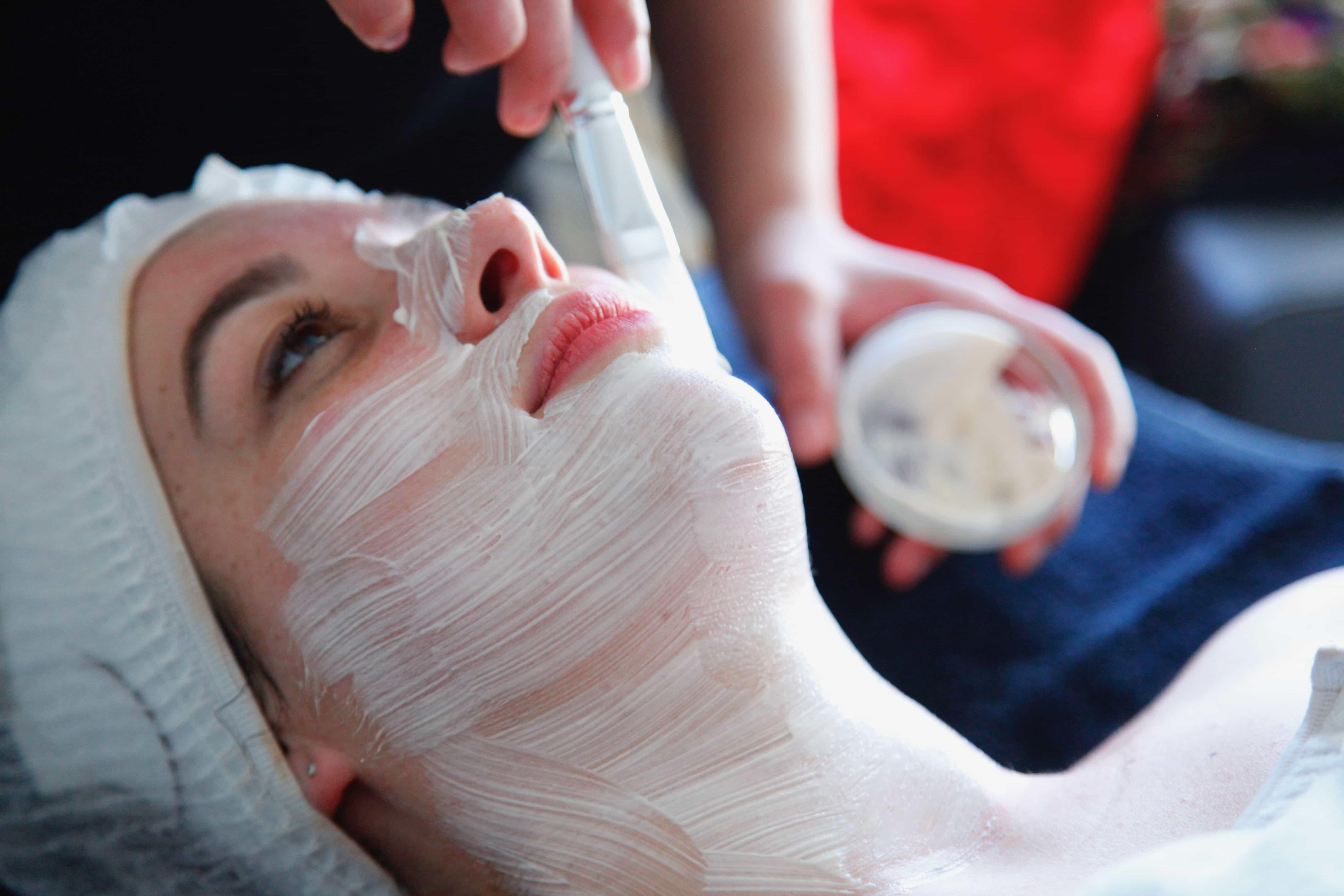 esthticienne realise soin visage