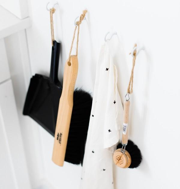 image des accessoires pour laver carrelage pelle, chiffon, brosse