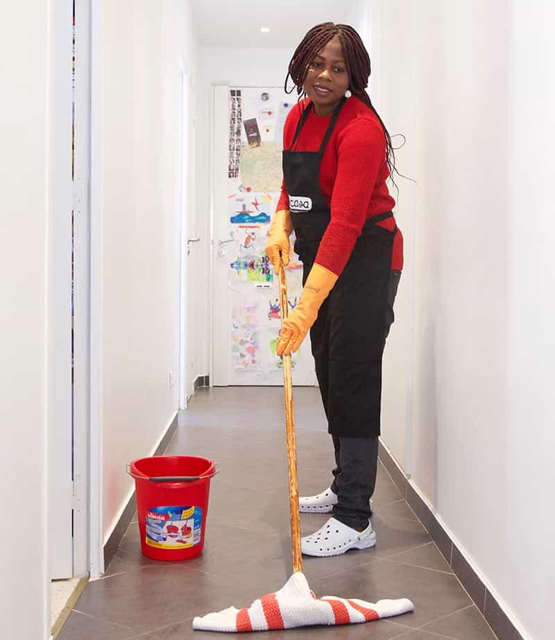 Image d'une femme de menage passant la serpilliere